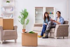 Młody rodzinny chodzenie wewnątrz nowy mieszkanie po płacić daleko hipotekę Zdjęcia Stock