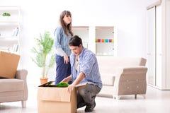 Młody rodzinny chodzenie wewnątrz nowy mieszkanie po płacić daleko mortgag Obraz Stock