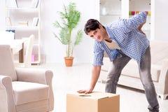 Młody rodzinny chodzenie wewnątrz nowy mieszkanie po płacić daleko mortgag Fotografia Stock
