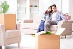 Młody rodzinny chodzenie wewnątrz nowy mieszkanie po płacić daleko mortgag Obrazy Stock