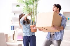 Młody rodzinny chodzenie wewnątrz nowy mieszkanie po płacić daleko mortgag Zdjęcie Royalty Free