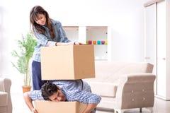 Młody rodzinny chodzenie wewnątrz nowy mieszkanie po płacić daleko mortgag Zdjęcie Stock