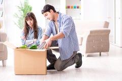Młody rodzinny chodzenie wewnątrz nowy mieszkanie po płacić daleko mortgag Zdjęcia Stock