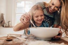 Młody rodzinny kucharstwo w kuchni zdjęcia royalty free