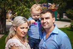 Młody rodzinny odprowadzenie w przyciąganie parku Zdjęcia Stock
