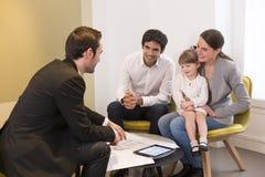Młody Rodzinny spotkanie agent nieruchomości kupować własność Zdjęcia Royalty Free