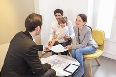 Młody Rodzinny spotkanie agent nieruchomości kupować własność Obraz Royalty Free