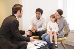 Młody Rodzinny spotkanie agent nieruchomości kupować własność Fotografia Royalty Free