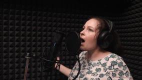 Młody romantyczny żeński piosenkarz emocjonalnie śpiewa przy nagrywać wokalnie studio Muzyczna próba zbiory wideo