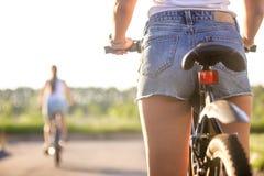 Młody rowerzysta kobiety krupon, zbliżenie fotografia royalty free