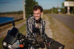 Młody rowerzysta na jego motocyklu zdjęcie royalty free