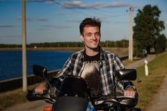 Młody rowerzysta na jego motocyklu obraz stock