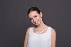 Młody roześmiany atrakcyjny kobieta portret zdjęcia royalty free