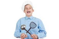 Młody rozochocony nastolatka guffaw, śmia się głośnego i humor w szefa kuchni kapeluszu Odosobniony studio zdjęcie stock