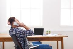 Młody ruchliwie samiec IT kierownik z laptopem w nowożytnym białym biurze Obraz Stock