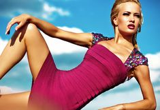 Młody seksowny blond kobieta model w wieczór sukni zdjęcie stock