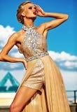 Młody seksowny blond kobieta model w wieczór sukni zdjęcia stock
