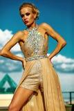 Młody seksowny blond kobieta model w wieczór sukni obrazy royalty free