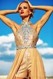 Młody seksowny blond kobieta model w wieczór sukni fotografia royalty free