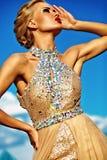 Młody seksowny blond kobieta model w wieczór sukni zdjęcie royalty free