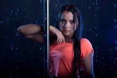 Młody seksowny kobieta słupa tancerz Wodny studio Fotografia Royalty Free
