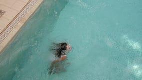 Młody seksowny kobiety doskakiwanie w wodę w basenie zdjęcie wideo