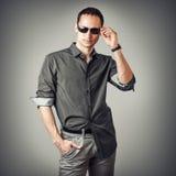 Młody seksowny mężczyzna jest ubranym koszula i okulary przeciwsłonecznych Obraz Stock
