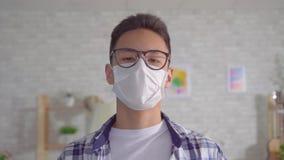 Młody Sian mężczyzna w ochronnej medycznej masce zbiory wideo