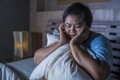 Młody smutny, przygnębiony sadło i pyzaty Azjatycki uczucia spęczenia i desperackiego dziewczyna płacz na łóżko ofiarze znęcać si obraz royalty free