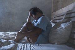 Młody smutny, przygnębiony sadło i pyzaty Azjatycki uczucia spęczenia i desperackiego dziewczyna płacz na łóżko ofiarze znęcać si zdjęcie royalty free
