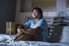 Młody smutny, przygnębiony sadło i pyzaty Azjatycki uczucia spęczenia i desperackiego dziewczyna płacz na łóżko ofiarze znęcać si zdjęcia stock