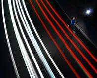 Młody sporta mężczyzny bieg na nocy drodze z samochodu światła śladami Zdrowy styl życia i Miastowy sporta pojęcie fotografia royalty free