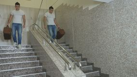 Młody sportive mięśniowy mężczyzna rusza się puszków schodki w sporta centrum zdjęcie wideo