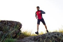 Młody sportowa bieg na Skalistej górze Trai w wieczór aktywny tryb życia zdjęcia royalty free