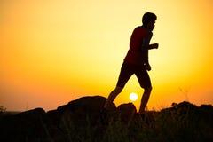 Młody sportowa bieg na Skalistym Halnym śladzie przy zmierzchem aktywny tryb życia fotografia stock