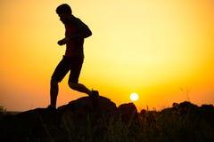 Młody sportowa bieg na Skalistym Halnym śladzie przy zmierzchem aktywny tryb życia obraz royalty free