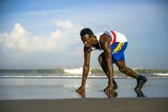 Młody sportowego i atrakcyjnego czarnego afrykanina biegacza Amerykański mężczyzna robi działającemu treningu szkoleniu na pustyn obraz royalty free