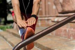 Młody sportowiec ćwiczy outdoors na miasto drabinie Fotografia Royalty Free