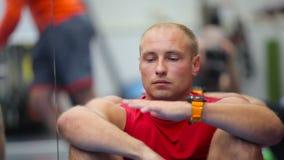 Młody sportowiec attentively słucha trenera na szkoleniu w gym zbiory wideo