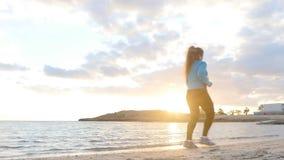 Młody sportowy kobieta bieg wzdłuż plaży zbiory
