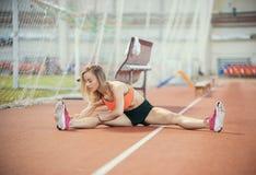Młody sportowy kobiety rozciąganie, narządzanie bieg i zdjęcia royalty free