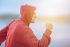 Młody sportowy mężczyzna biega outdoors Obraz Royalty Free