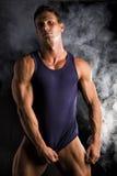 Młody sportowy mężczyzna ciągnięcia puszka tanktop na rozdzierającej mięśniowej półpostaci Zdjęcia Stock