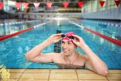 Młody sportowy mężczyzna w basenie obraz royalty free