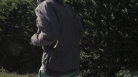 Młody sportowy mężczyzna w sportswear bieg puszka ulicie zbiory wideo