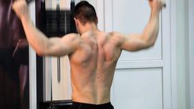 Młody sportowy mężczyzna wykonuje mięśni ćwiczenia zbiory wideo