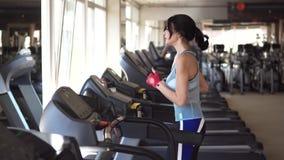 Młody sporty dziewczyna bieg na karuzeli przy gym zbiory