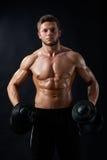 Młody sprawność fizyczna mężczyzna w studiu Obrazy Stock