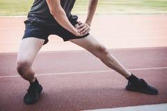 Młody sprawności fizycznej atlety mężczyzny bieg na droga śladzie, ćwiczenie treningu wellness i biegacza rozciąganiu, iść na pie zdjęcie stock