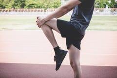 Młody sprawności fizycznej atlety mężczyzny bieg na droga śladzie, ćwiczenie treningu wellness i biegacza rozciąganiu, iść na pie obraz stock